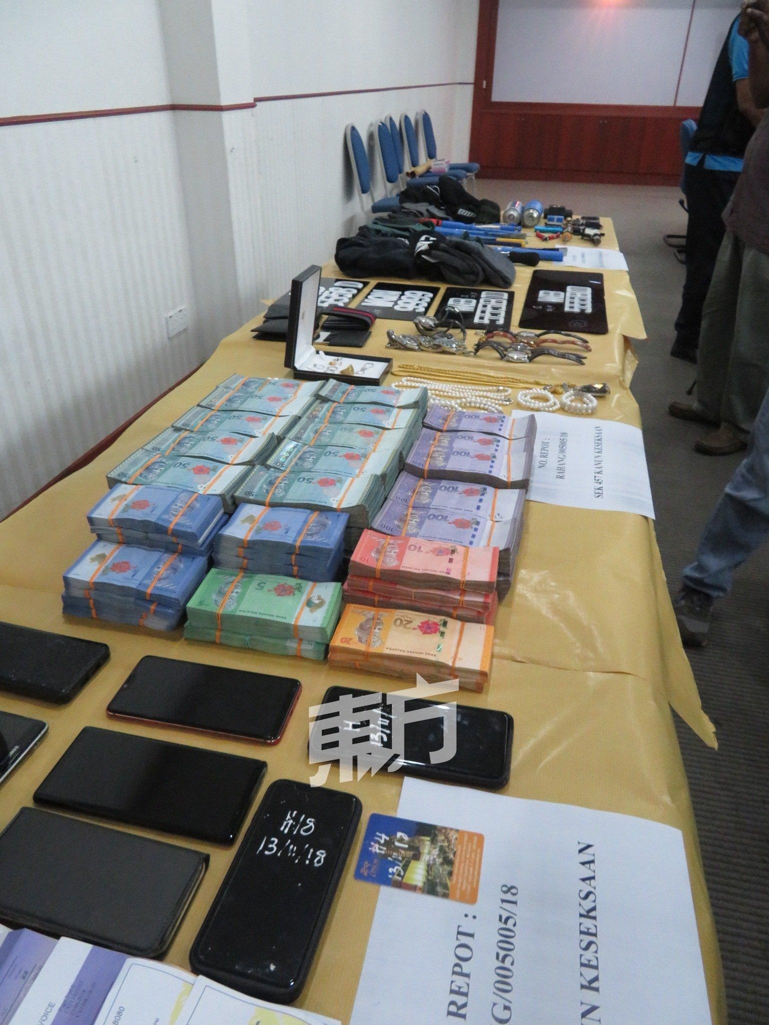 警方在酒店及嫌犯使用的轿车内起获逾51万令吉现金。