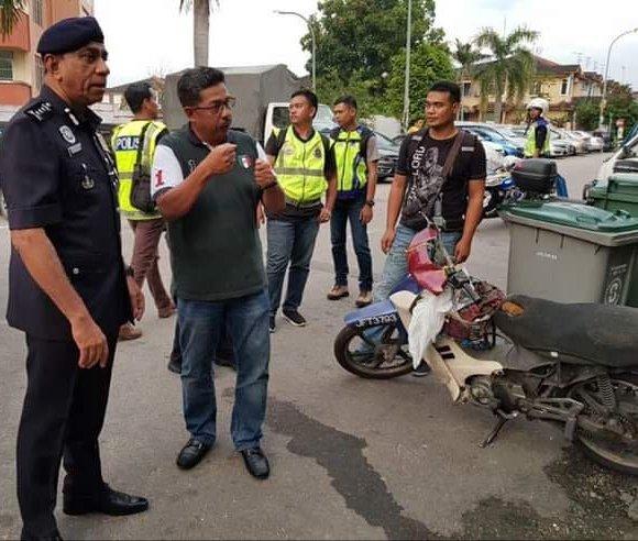 警方追捕过程击毙一名匪徒,柔州总警长拿督莫哈末卡立尔(左)在案发后,赶到现场了解情况。(图取自柔佛警方面子书)