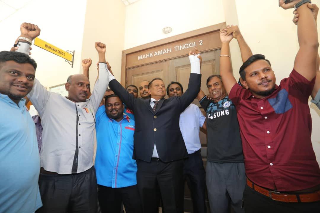 """斯特兰(前排左4)在胜诉后,支持者高喊""""胜利""""口号。"""