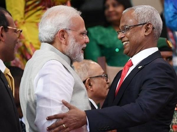 索利(右)欢迎印度总理莫迪出席观礼。
