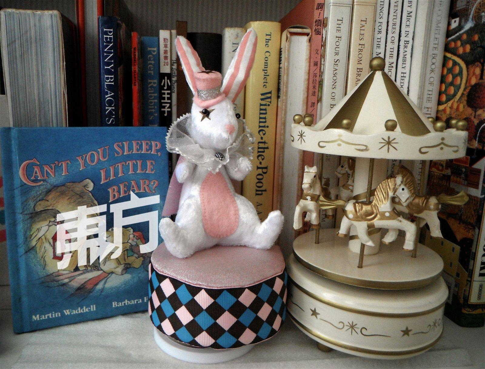 浪漫系列的娃娃音乐盒以粉色系为主。