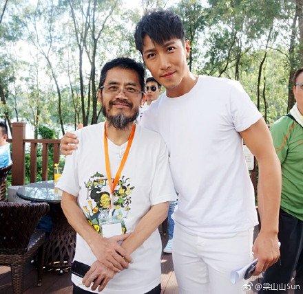 萧伟强(左)与男演员合照。