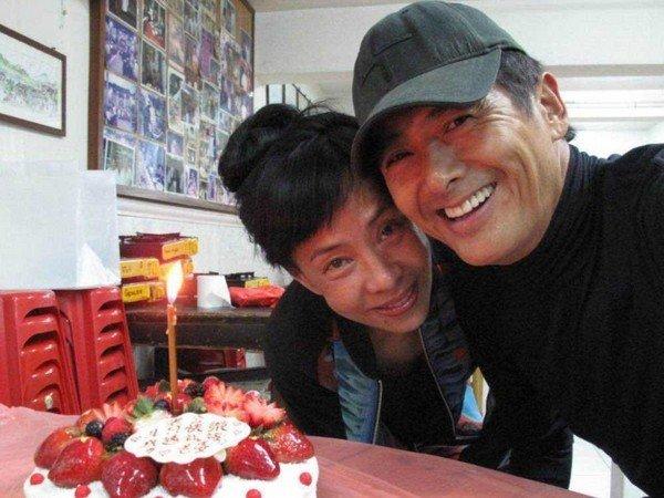 周润发在片场迎接62岁生日,老婆陈荟莲准备美食到现场。