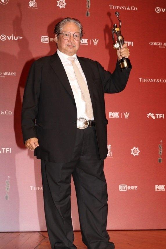 洪金宝今年4月出席香港电影金像奖颁奖礼,身形开始有些fit。