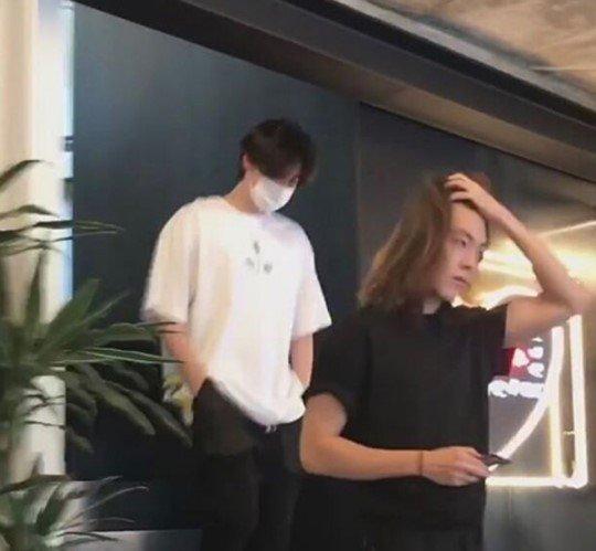 金宇彬8月11日被拍到与李钟硕现身咖啡厅。