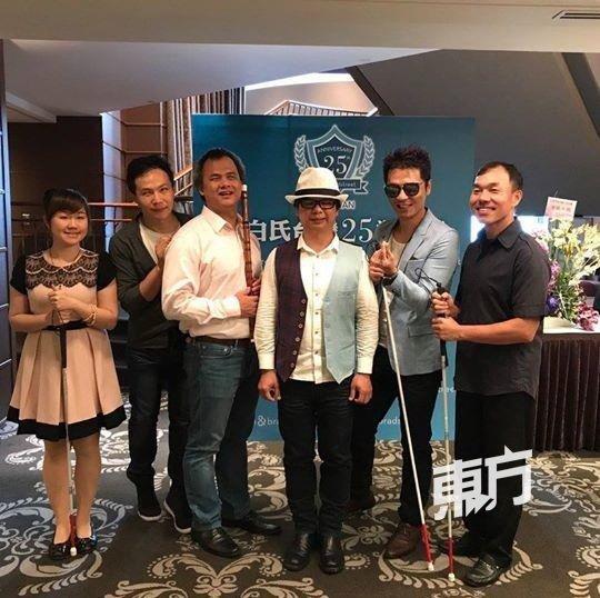 """台北""""黑暗心乐会""""团队包括策展人王俊杰(右3)在内一共6人,他们各有强项,其中赖智杰(右)是全台湾第二位盲人调音师,许宗荣(右4)是毕业自中国文化大学的视障竹笛演奏家。(摄影:颜泉春)"""