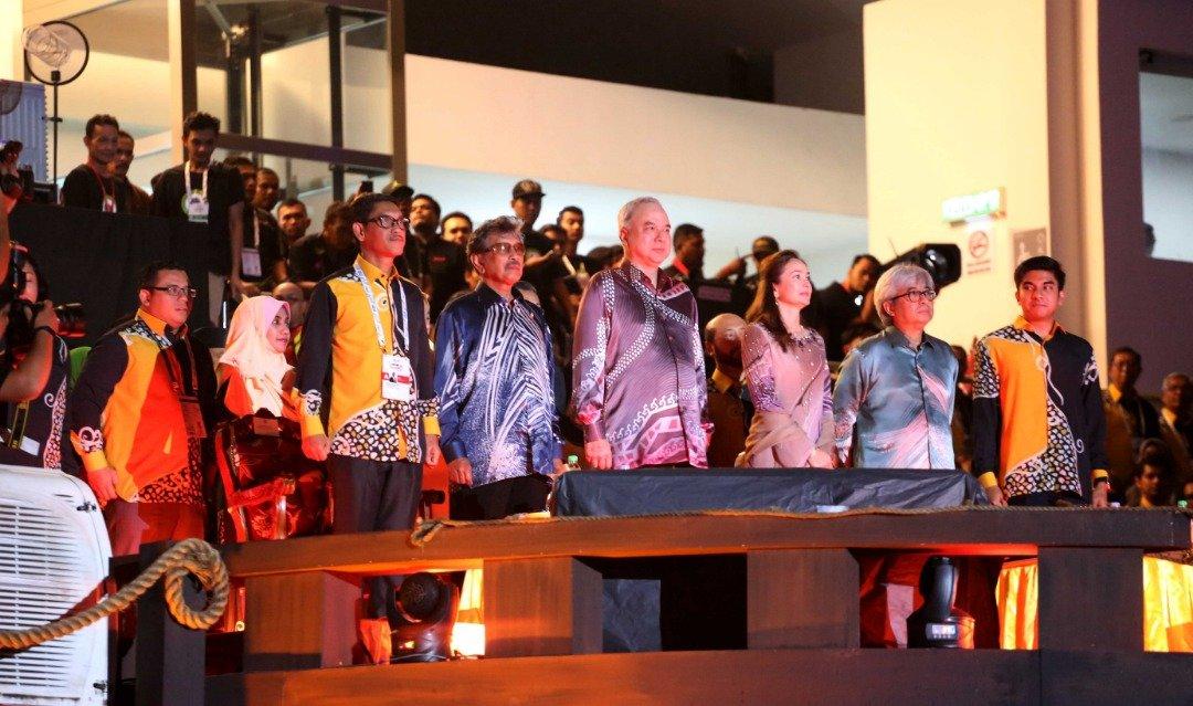 第19届马运会开幕仪式由纳兹林沙殿下(左3)主持开幕。左起阿末费沙、拉惹查化、苏丹后端姑莎拉、拉惹依斯干达及赛沙迪。