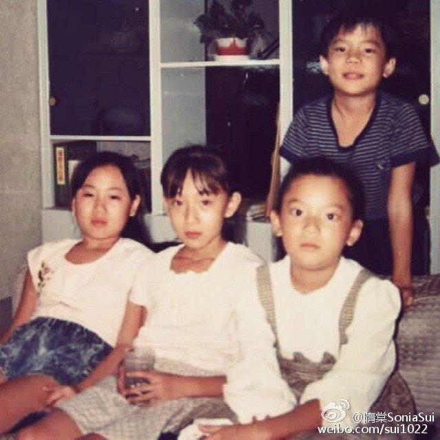 隋棠(前排中)小时候的照片。