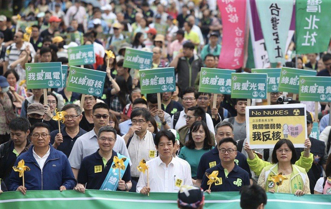 前行政院长赖清德(前排中)与民进党主席卓荣泰(前左2)等人,与民众一起游行传达无核家园理念。(中央社)