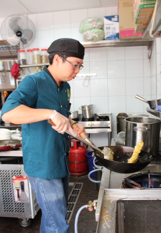 """拥有多年烹调经验的苏浩翔,对于""""越南味""""生产的食物都非常讲究,尽可能亲力亲为。"""