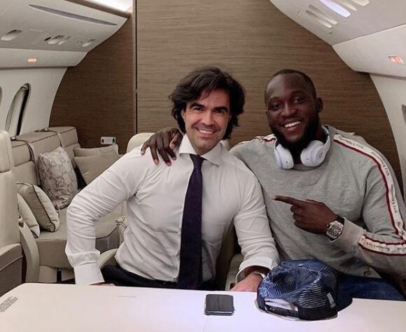 卢卡库的经纪人(左)早前在社交媒体发照片,确认两人目前正飞向米兰。