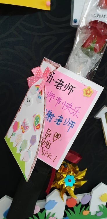 特殊学生在教师节亲手制作感谢卡给苏雅姿,令她开心不已,将卡片挂在办公室的布告栏上。