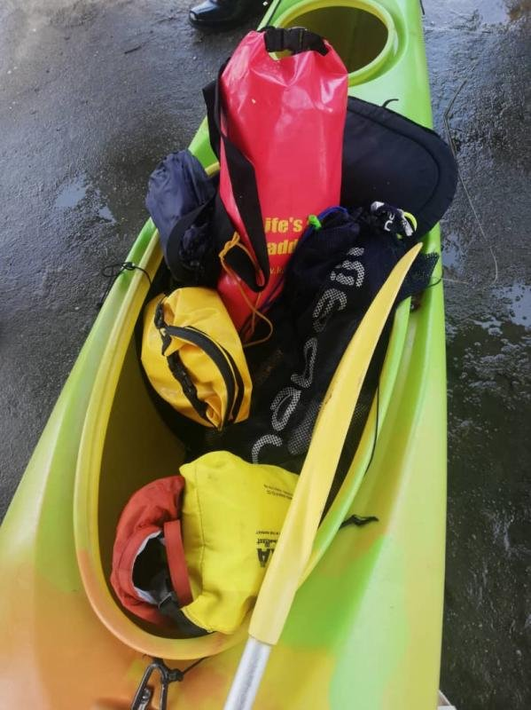 两名失踪者家属周三早上在奔也梦码头认领在关丹海域发现的失踪者的随身物件。