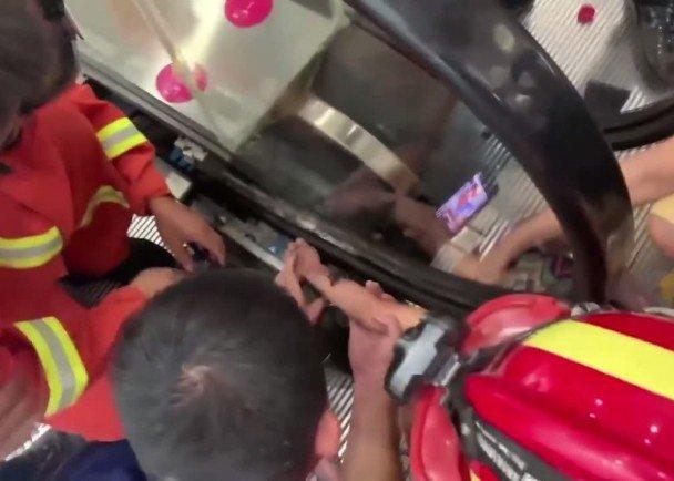 Tangannya berhasil dilepaskan dengan bantuan petugas pemadam kebakaran.