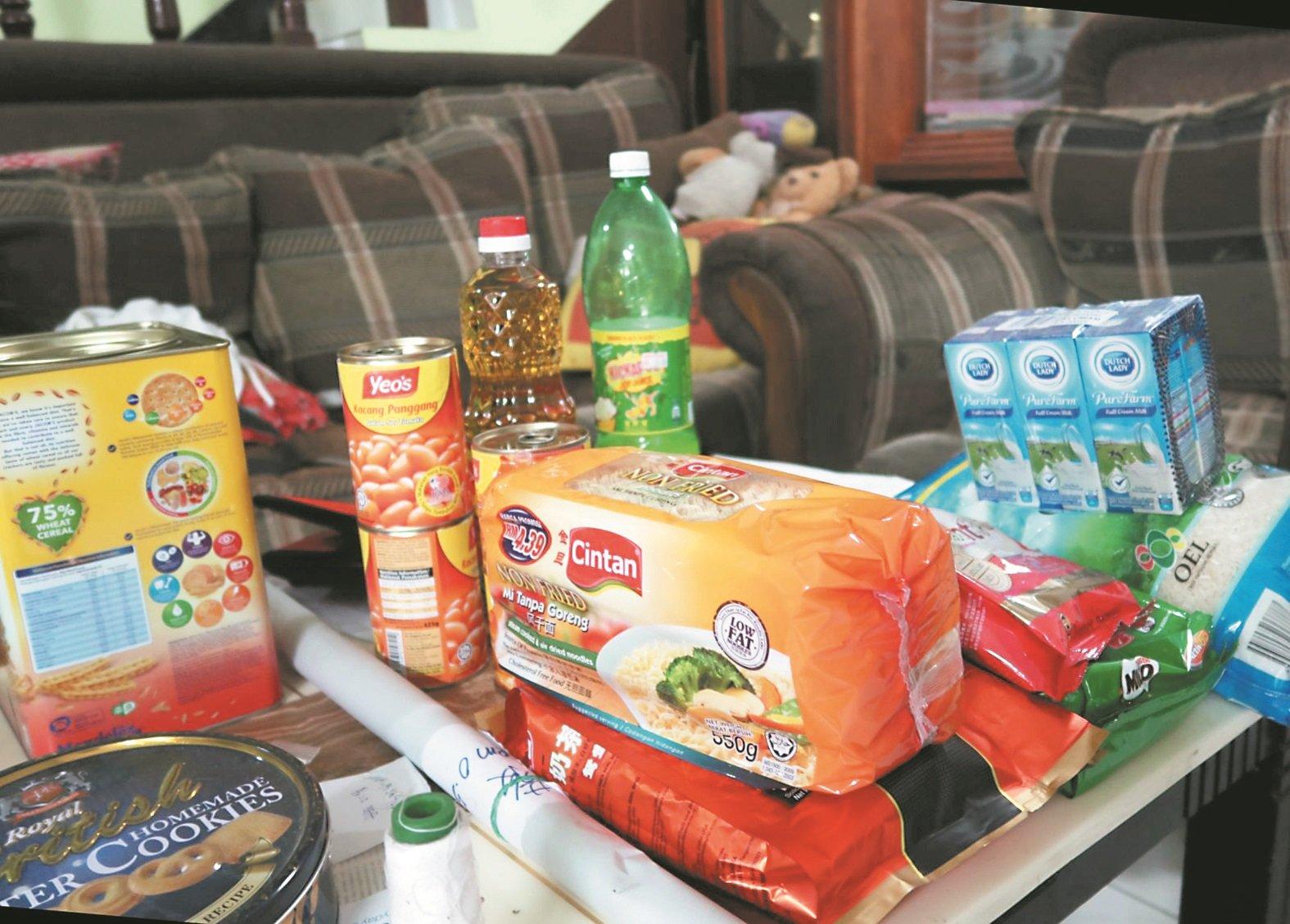 李容香住家客厅的桌上摆放著教会团体刚送来的粮食,不过很多时候,母女都是靠面包裹腹。