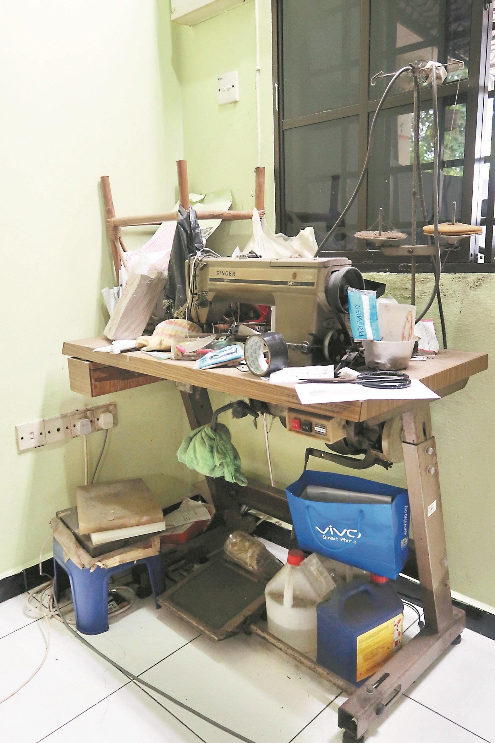 年轻时,李容香从事缝鞋工作,至今家里依然摆放缝纫机, 但已久没使用,所以堆满杂物。