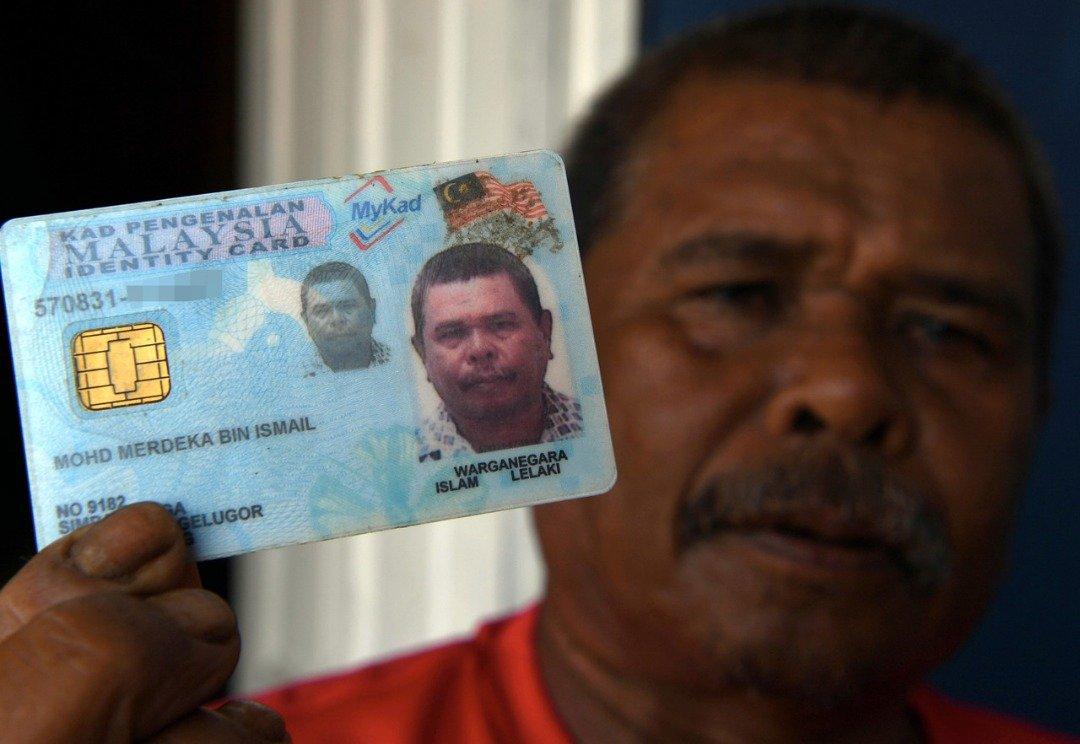 """""""叫我默迪卡!""""莫哈末默迪卡依斯迈展示其身份证。"""