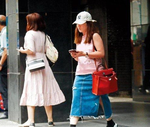 7月25日梁静茹,结束1个小时的健身后,再搭计程车前往锺成虎的工作室。
