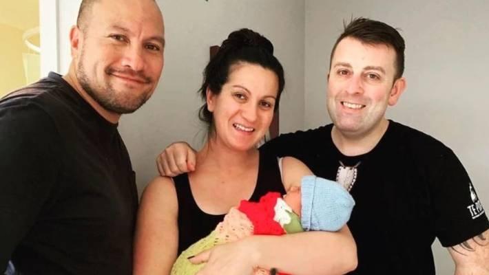 科菲(左)一家三口与代理孕母的合照。