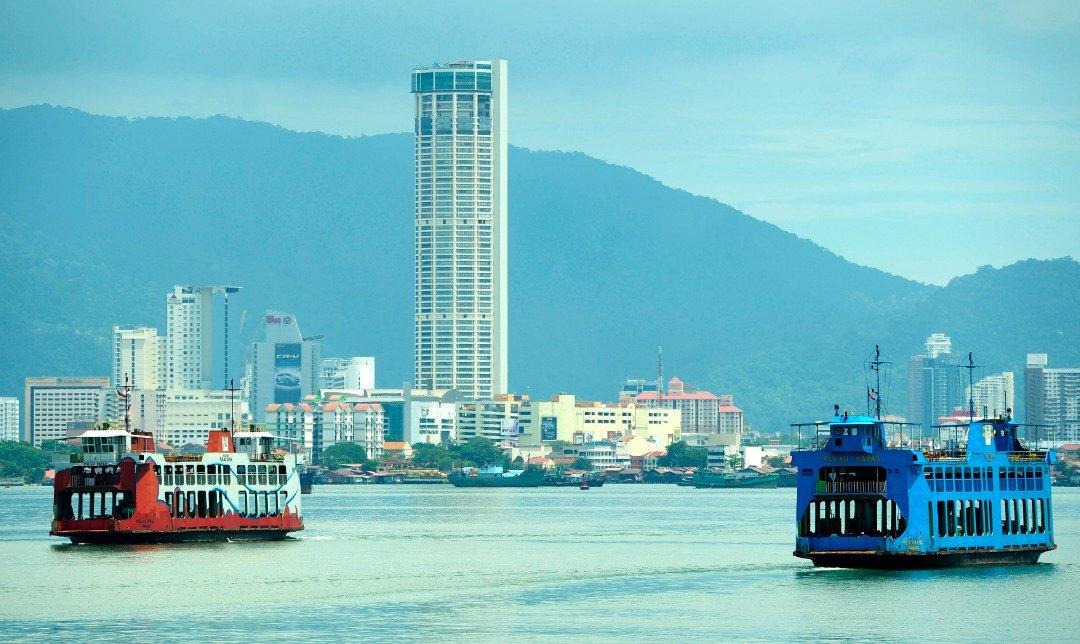 槟城渡轮服务具有历史意义,交通部承诺将保留槟城渡轮服务,惟计划会把数辆渡轮改为观光用途,也会推介水上德士服务。(档案照)
