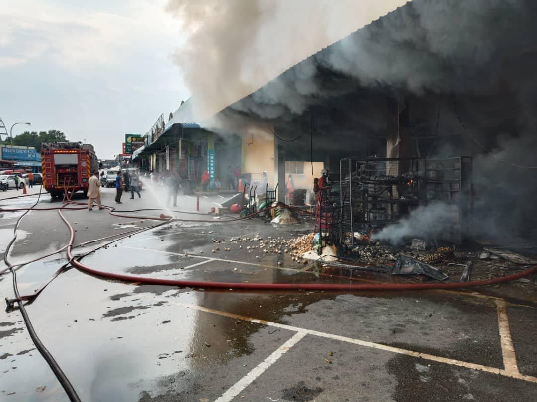 由于火势迅速蔓延,导致汝来3批发商9间店面遭到殃及,其中2间杂货批发店更100%烧毁。