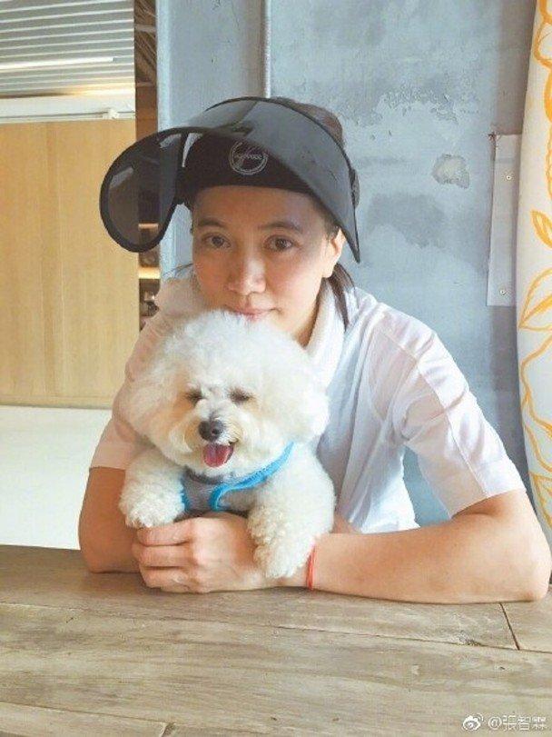 袁咏仪与爱犬阿金。