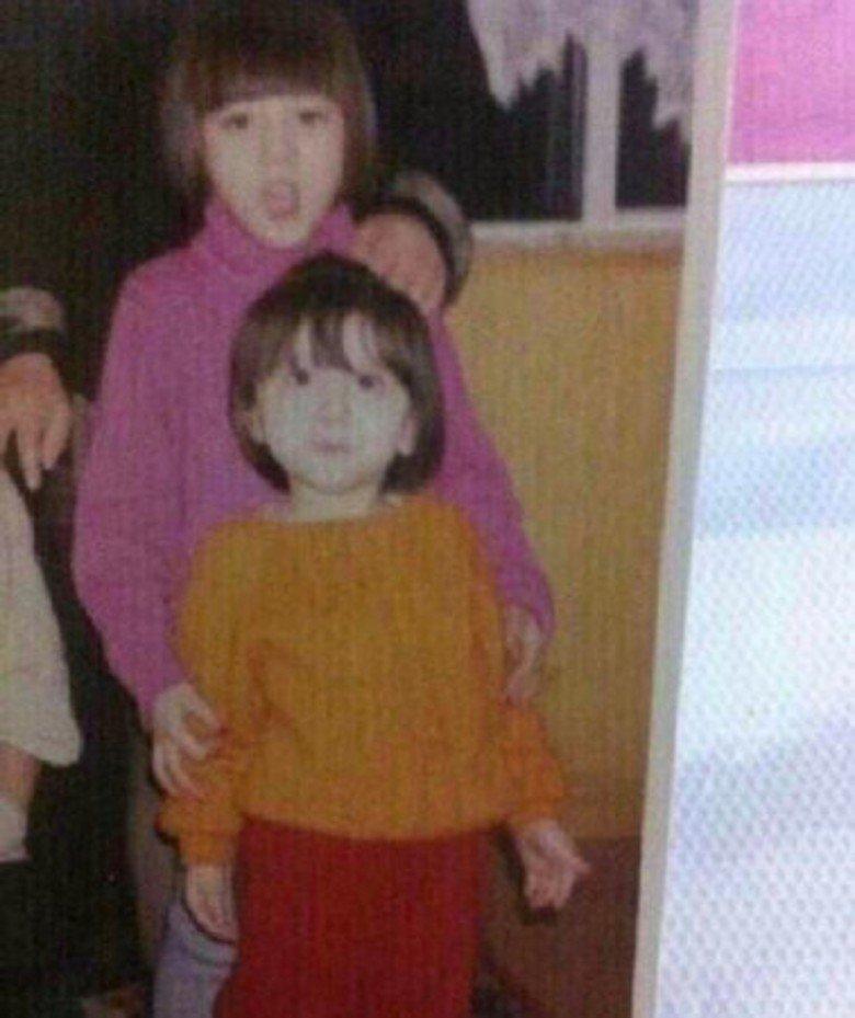 迪丽热巴与苏比小时候合照。