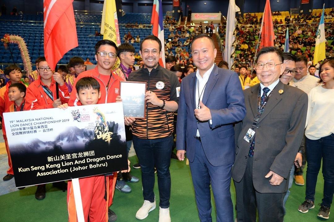 沈志强(中)在陈俊杰(右2)和梁溧棠(右)陪同下,颁发纪念状予参赛队位。