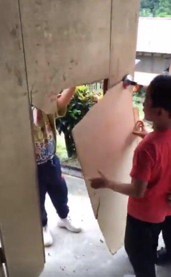 社交媒体流传砂拉越加帛一所小学的学生使用纸皮修补破烂不堪的课室门口,令教育部长马智礼感到震惊。 (照片取自网络)