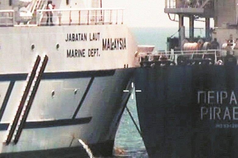 """希腊货船""""比雷埃夫斯号"""" (右)与大马""""北极星号""""相撞后,已遭大马海事局扣留。"""