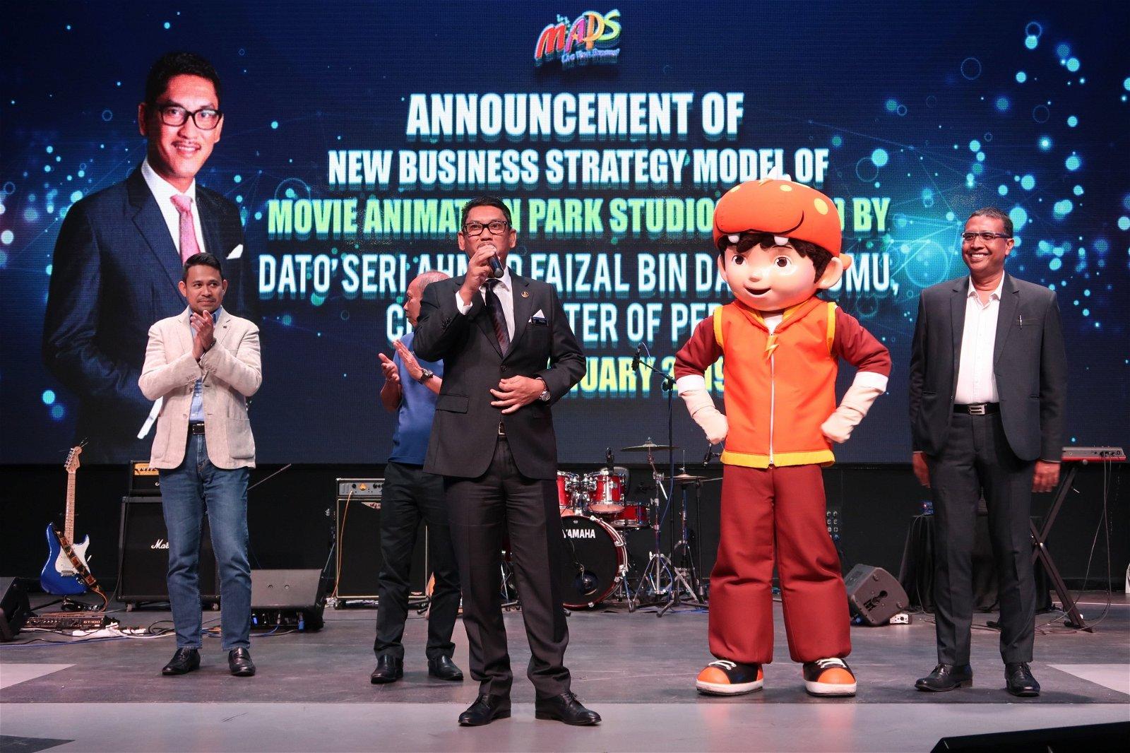 阿末费沙(左2)出席动画影城推介新商业策略仪式时致词,左起为鲁玛利和莫哈末沙菲益。