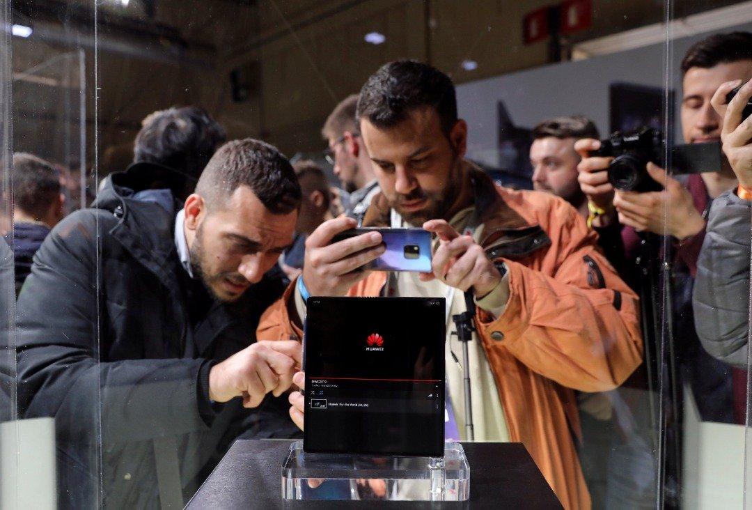 """华为Mate X号称是全球最快、最薄、充电最快的折叠屏5G手机,其在欧洲的售价为2299欧元(约1万625令吉)。这是民众于大会中,纷纷拿起相机或手机向Mate X先""""拍""""为快。"""