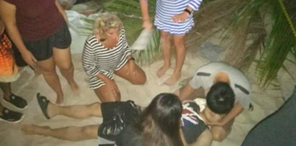 浮罗交怡珍浪海滩一棵椰树倒下,造成1死2伤悲剧,其中一名伤者正等待救伤车送往医院治疗。