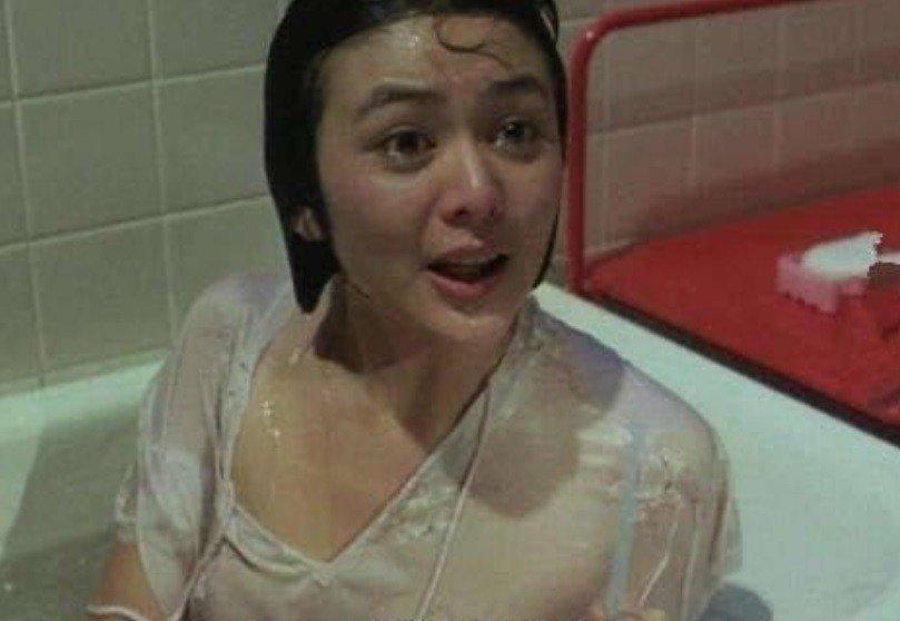 关之琳出道时曾大胆裸露拍《夏日福星》等港片,把赚来的片酬投资买房,进而致富。