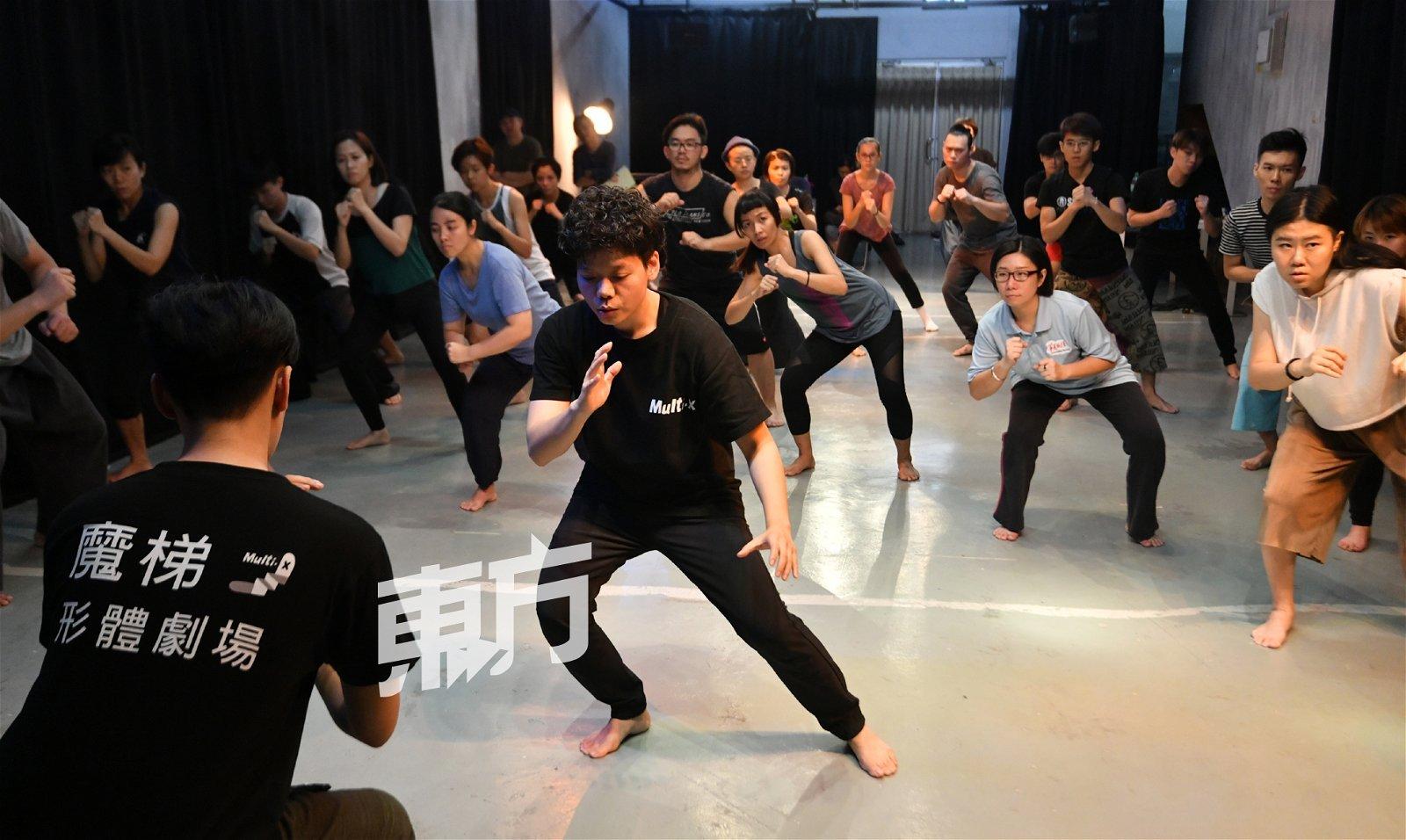 在教学时,方玠瑜会把动作分解,一步一步做教学,并会与助教先行示范,让学生观摩一轮再开始练习。
