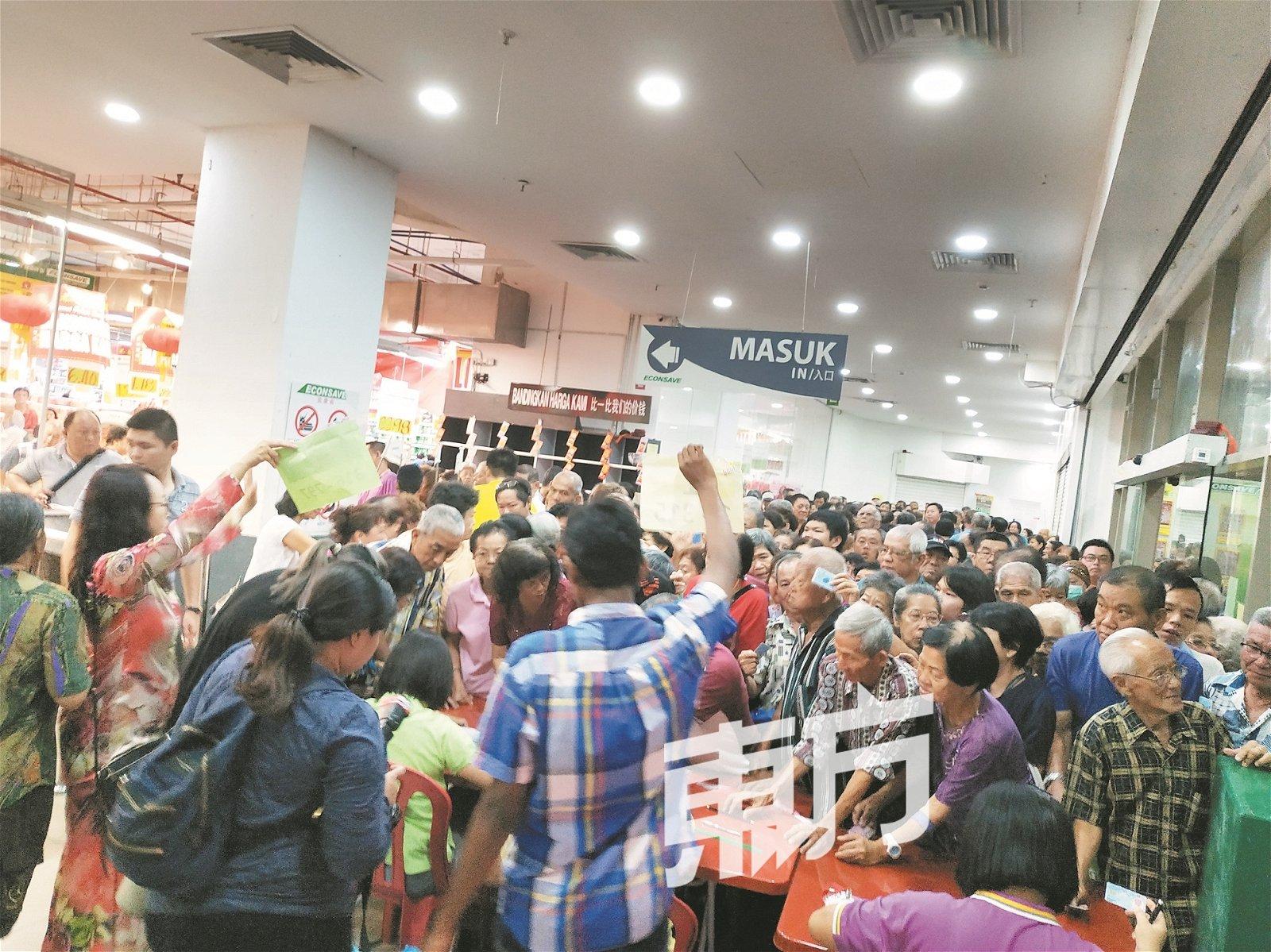 位于巴生中路的百 利宜康省周二由雪州政 府派发首批购物券,岂 料涌现大批人潮,场面 混乱。(摄影:陈慧芸)