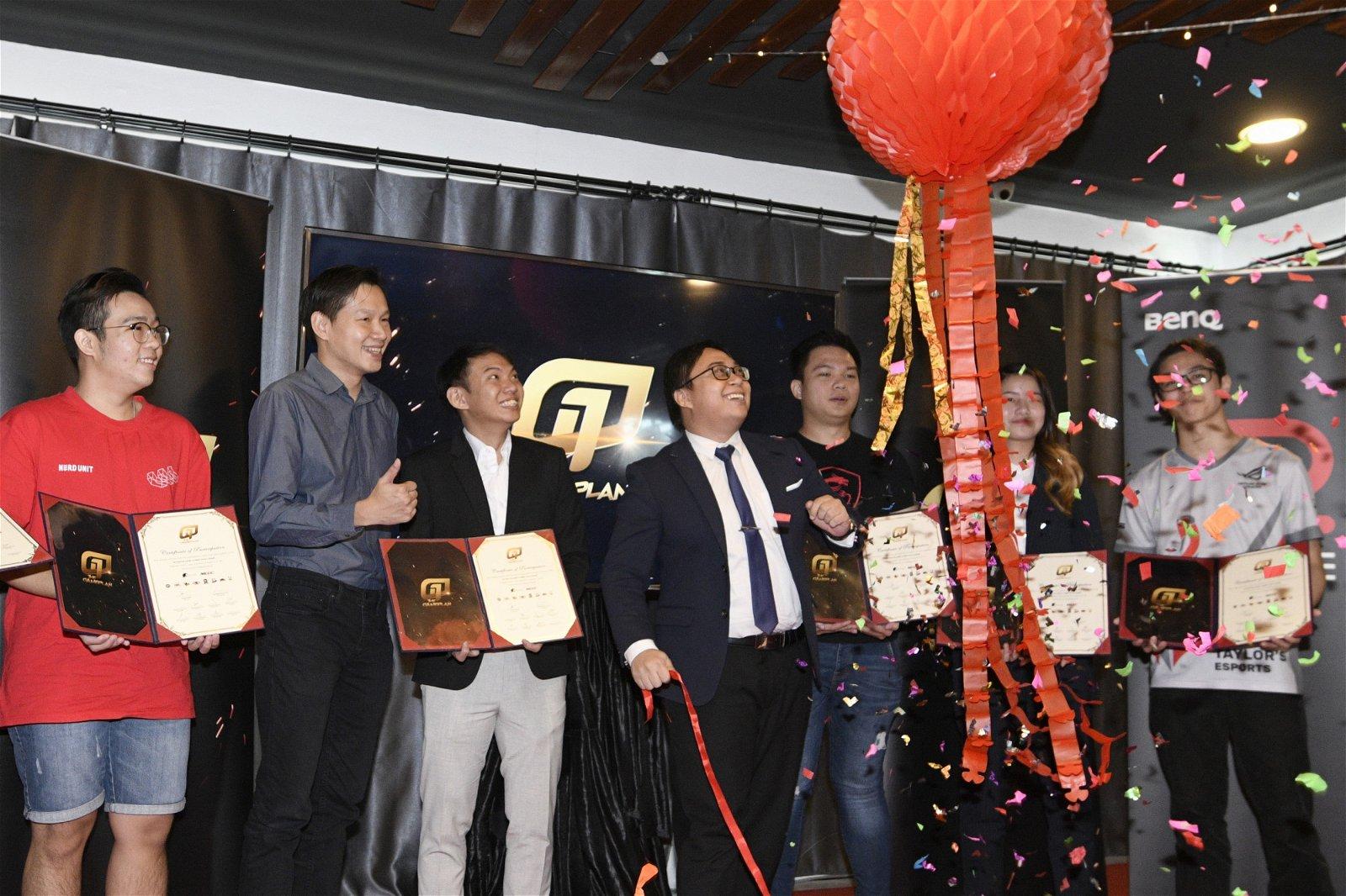 8所大学代表与Genysis Cyber E-sport执行董事苏鸿利(左3)在大马电竞协会沟通主管法洛见证下签署了为期5个月的竞赛合作协议。(摄影:伍信隆)