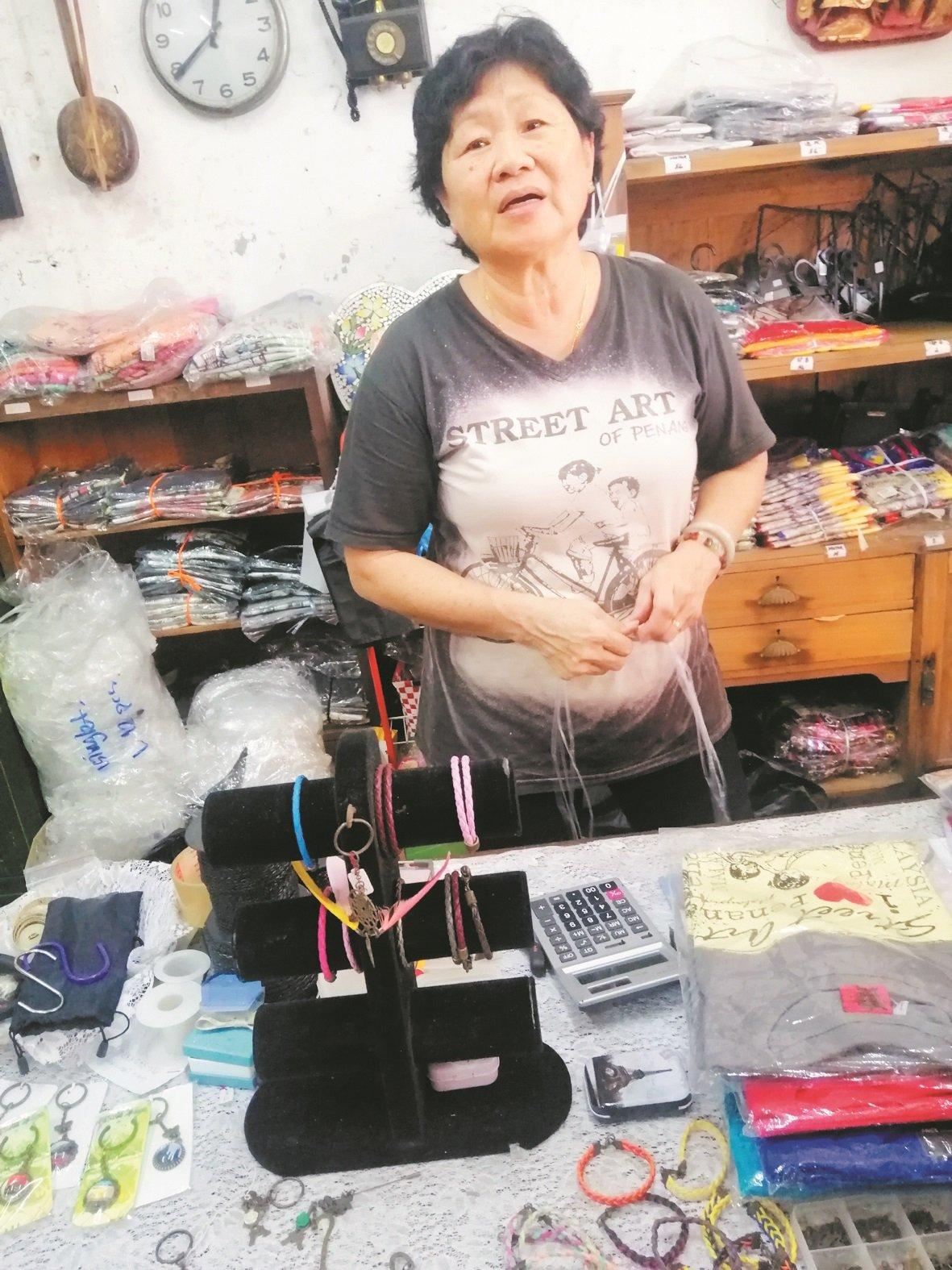 张女士认为,其店铺靠近壁画街,需要转型,才能依靠游客生意为生。
