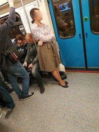 Seorang wanita nekat melepas pakaian dalamnya karena tidak diberi tempat duduk oleh penumpang lain di kereta (Oriental Daily)