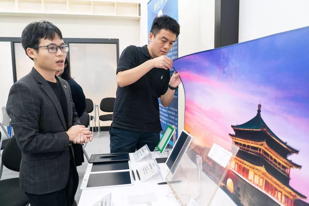 """从事柔性材料研究的""""纳金科技""""是2018年""""阿里巴巴全球诸神之战创客大赛全球总决赛""""的冠军,旗下产品为可像纸一样弯曲的电子荧幕,包括手机、电视和电脑。"""
