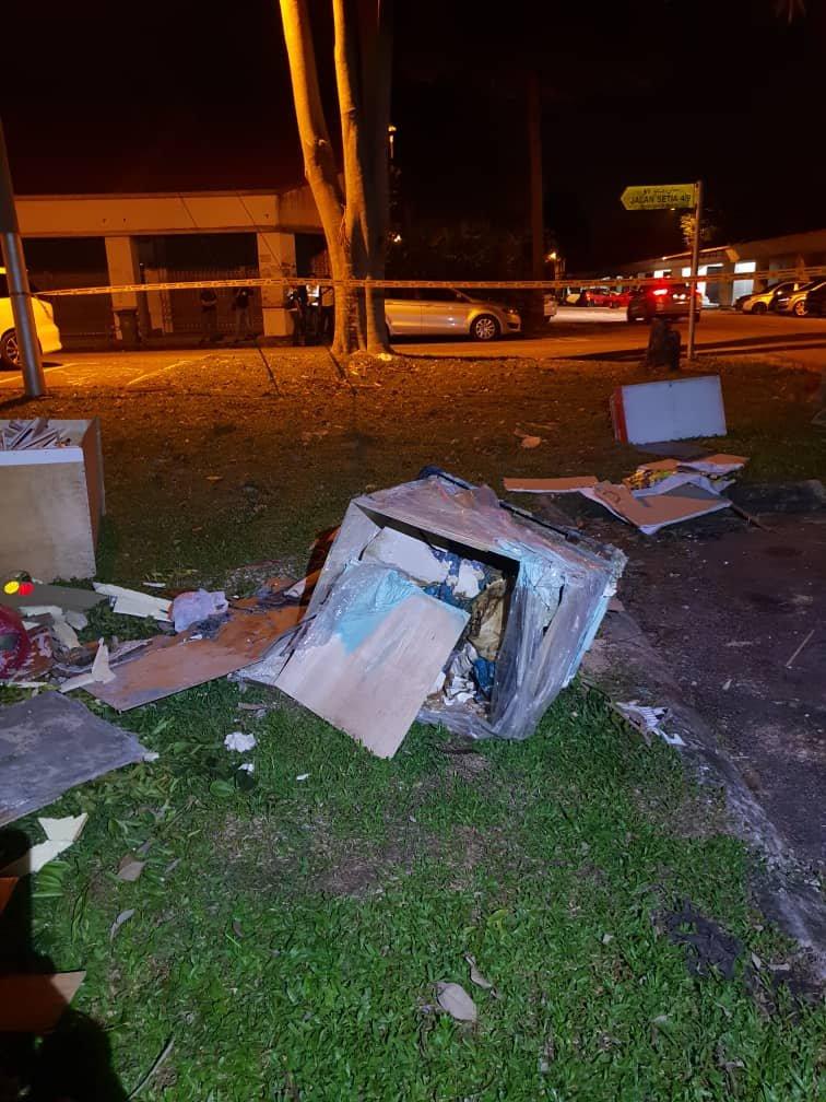 警方在嫌犯带领下前往弃尸地点,成功寻获装有女郎遗体的纸箱,并带回新山中央医院解剖。