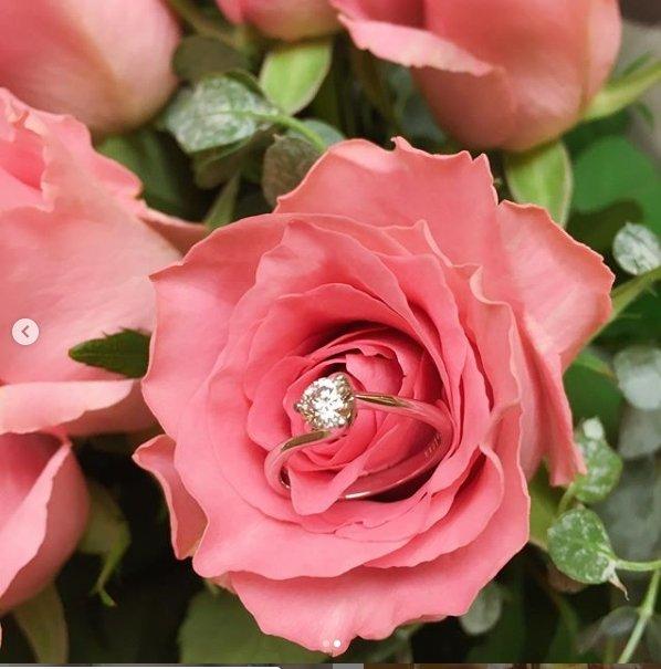 红儿嗮出求婚戒指。(翻摄自红儿IG)