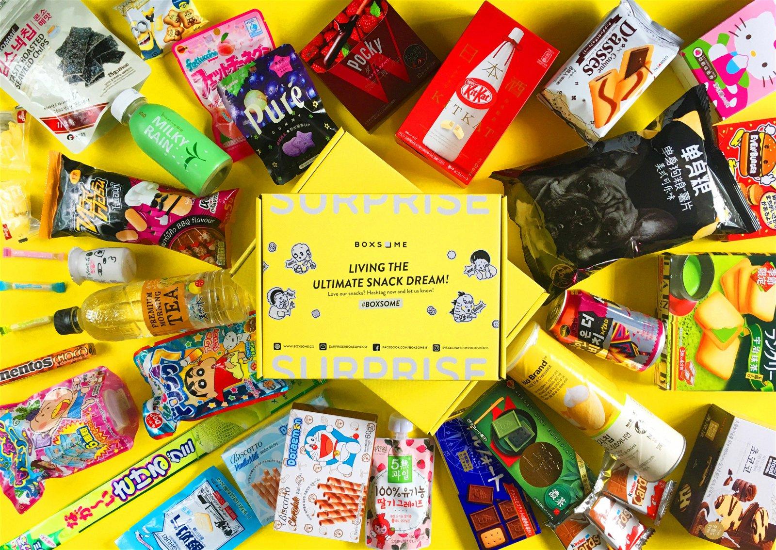 "Boxsome是3人第一份创业,戚铭恩坦言,刚开始时,所有事情一窍不懂,甚至连应该选择怎样的盒子也毫无头绪。""很多人觉得把零食堆满进箱子就好了。""但其实不然,因为零食包装大小不一的关系,他们每个月都需要花很多心思在摆放设计上。"