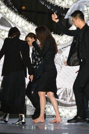 避免再跌倒,舒淇将高跟鞋脱掉走下台。