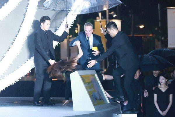 """雨后舞台湿滑,舒淇脚踩细高跟鞋,导致当场""""脸部朝下""""重摔在地上。"""