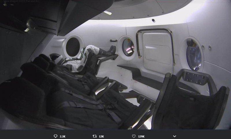 """太空船舱内的假人""""Ripley""""。(翻摄推特elonmusk)"""