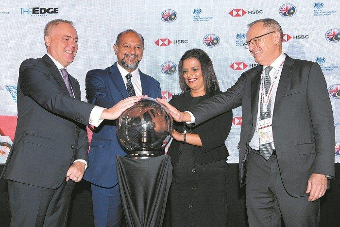 哥宾星(左2)为大马英商协会(BMCC)数码创新大会开幕。左起为大马英商协会(BMCC)主席安德鲁西尔,大马英商协会(BMCC)执行董事珍妮弗及汇丰集团工商金融业务亚太区主管泰特。
