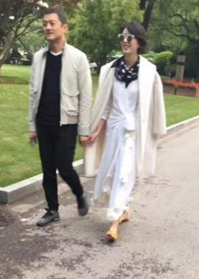 李亚鹏被拍疑似和新欢牵手逛公园。(图取自新浪娱乐)