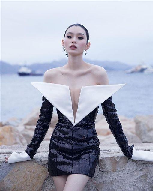 此前,奚梦瑶胸前超大深V一路开到肚脐服装,露出好身材疑似辟谣怀孕传闻。