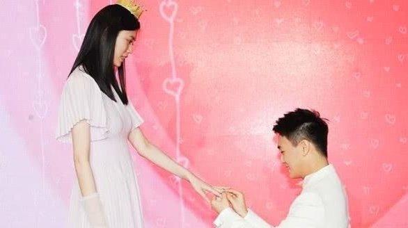奚梦瑶日前被求婚,随即传出怀孕了。